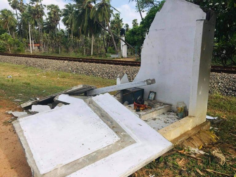 pearlonenews யாழ்ப்பாணம் மிருசுவில் வீதியோரத்தில் ஆலடிப் பிள்ளையார் கோவில் இடிக்கப்பட்டு1